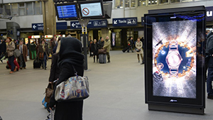 Au mois de décembre, la nouvelle campagne automne-hiver de Swatch s'est affichée en digital avec Médiagares sur les gares de Paris Montparnasse, Paris Saint-Lazare et Rennes.