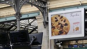 Les cookies de Bonne maman s'invitent en gare avec le dispositif Shuttle 8+12 de Mediagares : des affiches de 8m² et 12m² dans les gares d'Île-de-France qui mettent en appétit les voyageurs !