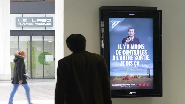 En mars 2015, Netflix assure la promotion de Better Call Saul, diffusée sur Netflix depuis le mois de février, en conservant le ton décalé de la série américaine, à Paris gare Saint-Lazare.