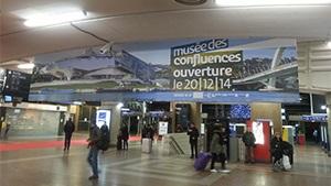 À l'occasion de l'ouverture du Musée des Confluences à Lyon en décembre 2014, les voyageurs de tout l'axe ferroviaire Sud-Est ont pu découvrir l'architecture du lieu et avoir un coup d'œil sur les œuvres exposées grâce aux dispositifs Mediagares (campagne media, digitale, et événementielle).