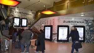 En février 2015, Zubrowka s'affiche avec le dispositif Digiwall de Médiagares à Paris Gare de Lyon pour la promotion de sa vodka blanche, Zubrowka Biala.